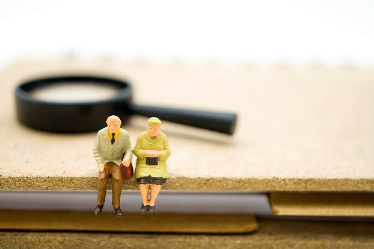 高齢世帯 金融資産 平均 2003万円