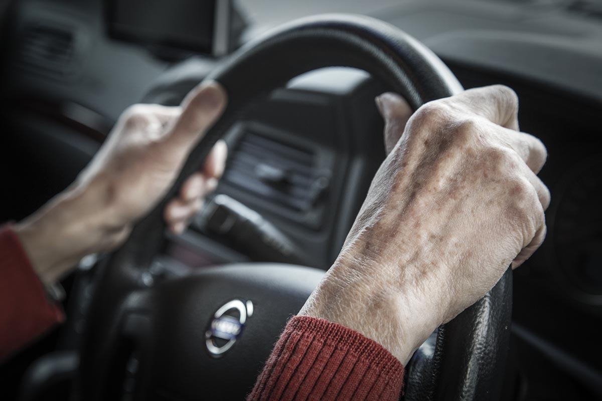 日本 高齢者 運転免許返納